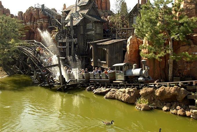 Disneyland: Le Train De La Mine Toujours Fermé En intérieur Le Train De La Mine Disneyland Paris
