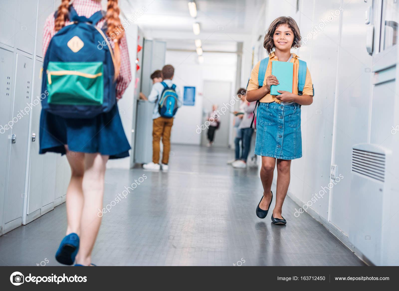 Enfants Dans Le Couloir Scolaire Image Libre De Droit Par serapportantà Enfant Qui Court