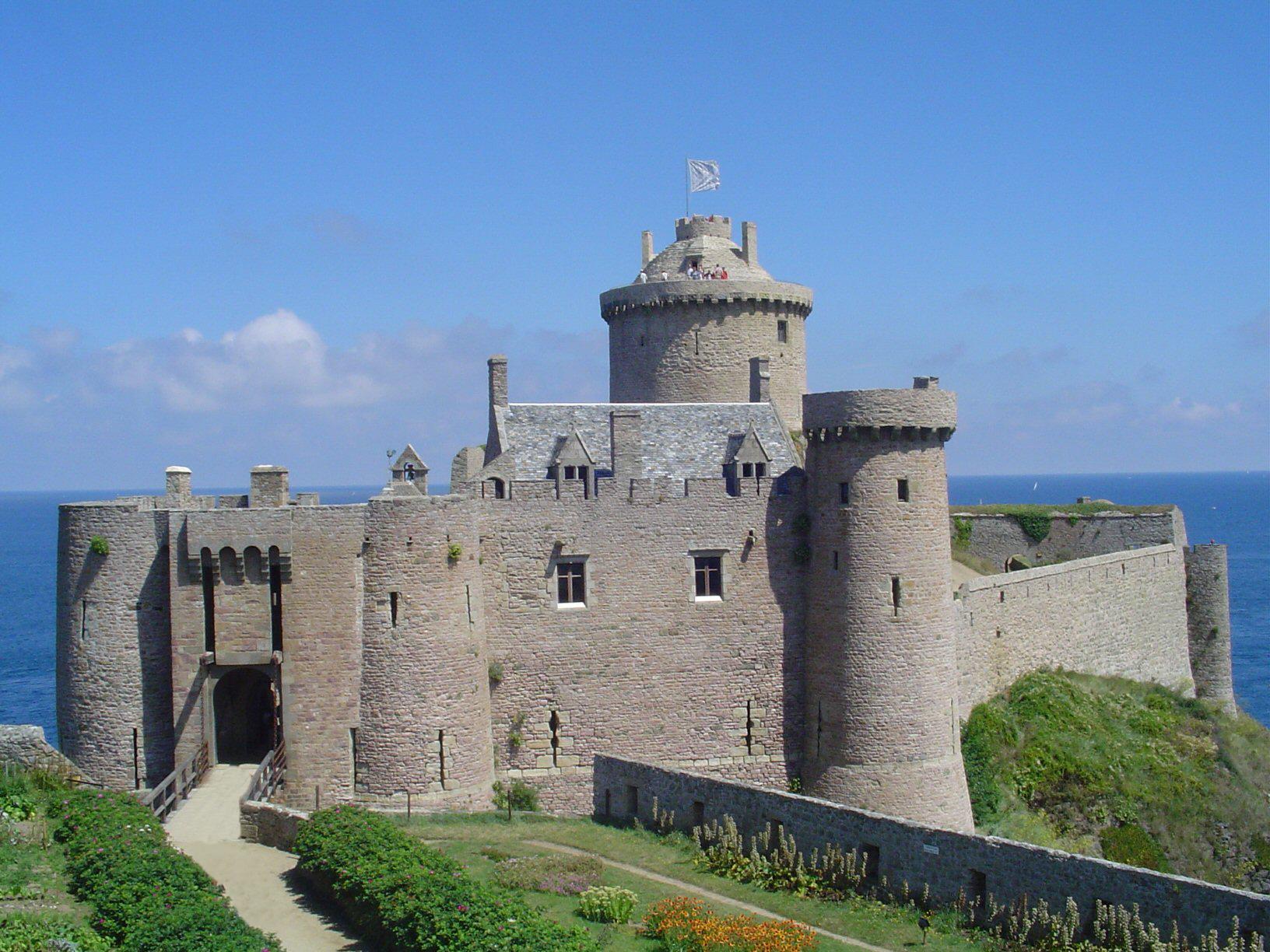 File:fort La Latte02 - Wikimedia Commons à Moyen Age Chateau