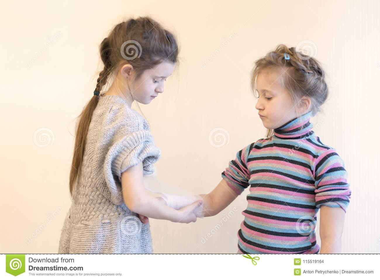 La Fille Pliant Son Sister& X27 ; Main De S Deux, Filles encequiconcerne Jeux De Deux Fille