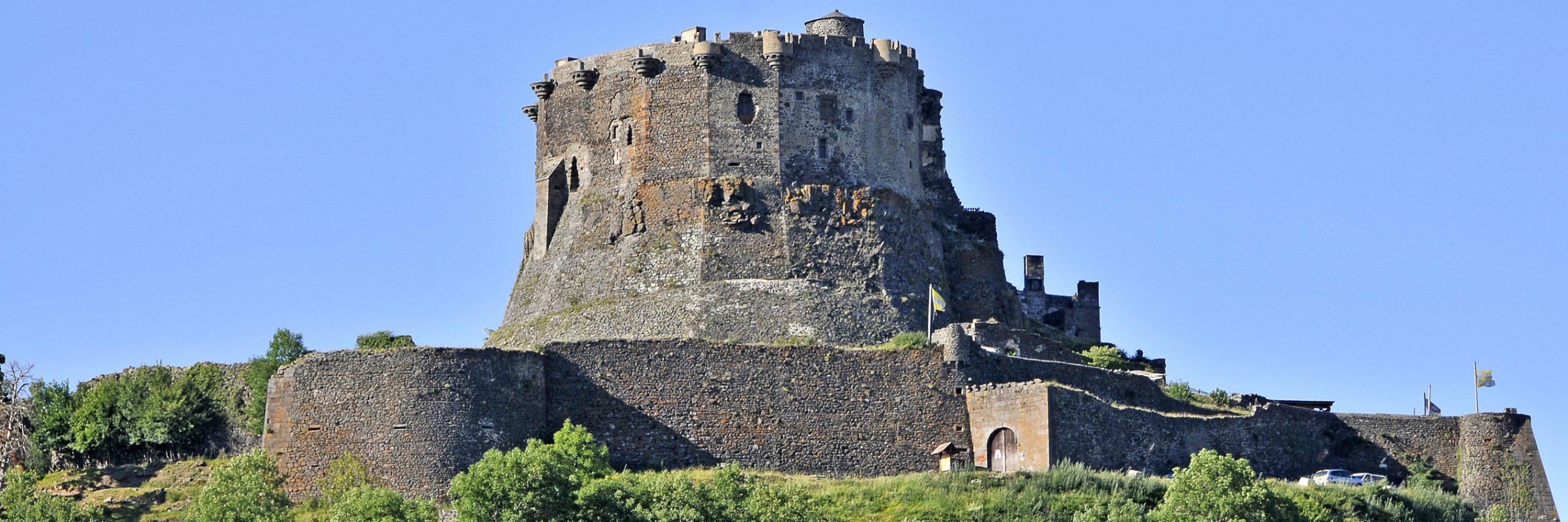 Le Château De Murol En Auvergne, Le Château De Murol Dans dedans Moyen Age Chateau