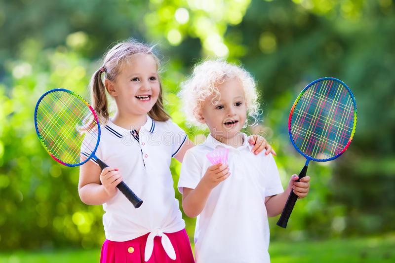 Les Enfants Jouent Au Badminton Ou Au Tennis Dans La Cour avec Enfant Qui Court