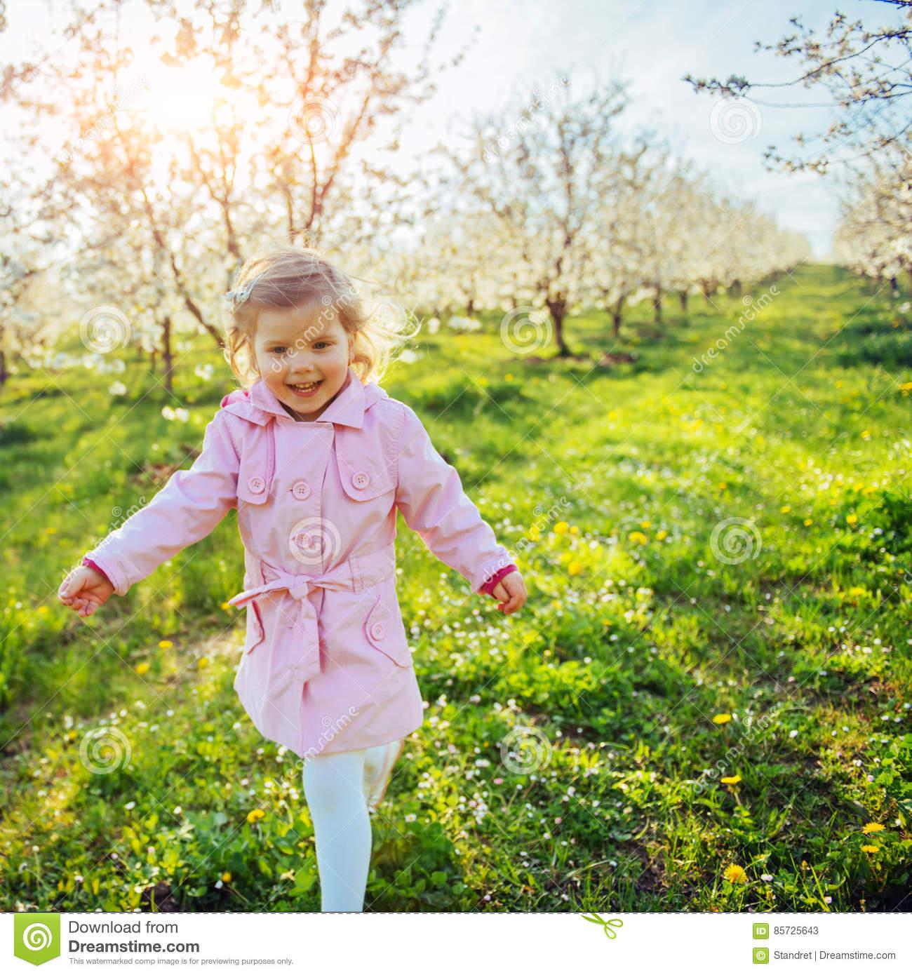 Petit Bébé Qui Court Entre Les Arbres Fleurissants Au intérieur Enfant Qui Court