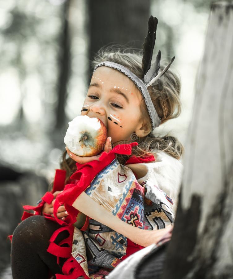 Portrait De Fille Dans Le Costume De L'Indien D'Amerique intérieur Indien Amerique