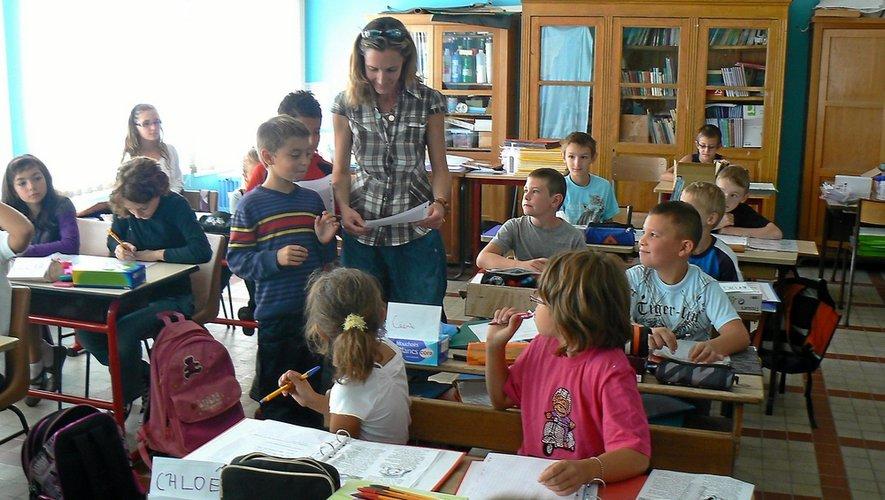 Une Nouvelle Enseignante À L'École Communale De L serapportantà L Ecole Des Fan Nouvelle Generation